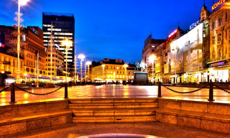Zagreb bei Nacht auf dem Ban Jelacic Platz im Zentrum (Trag Bana Jelacic)