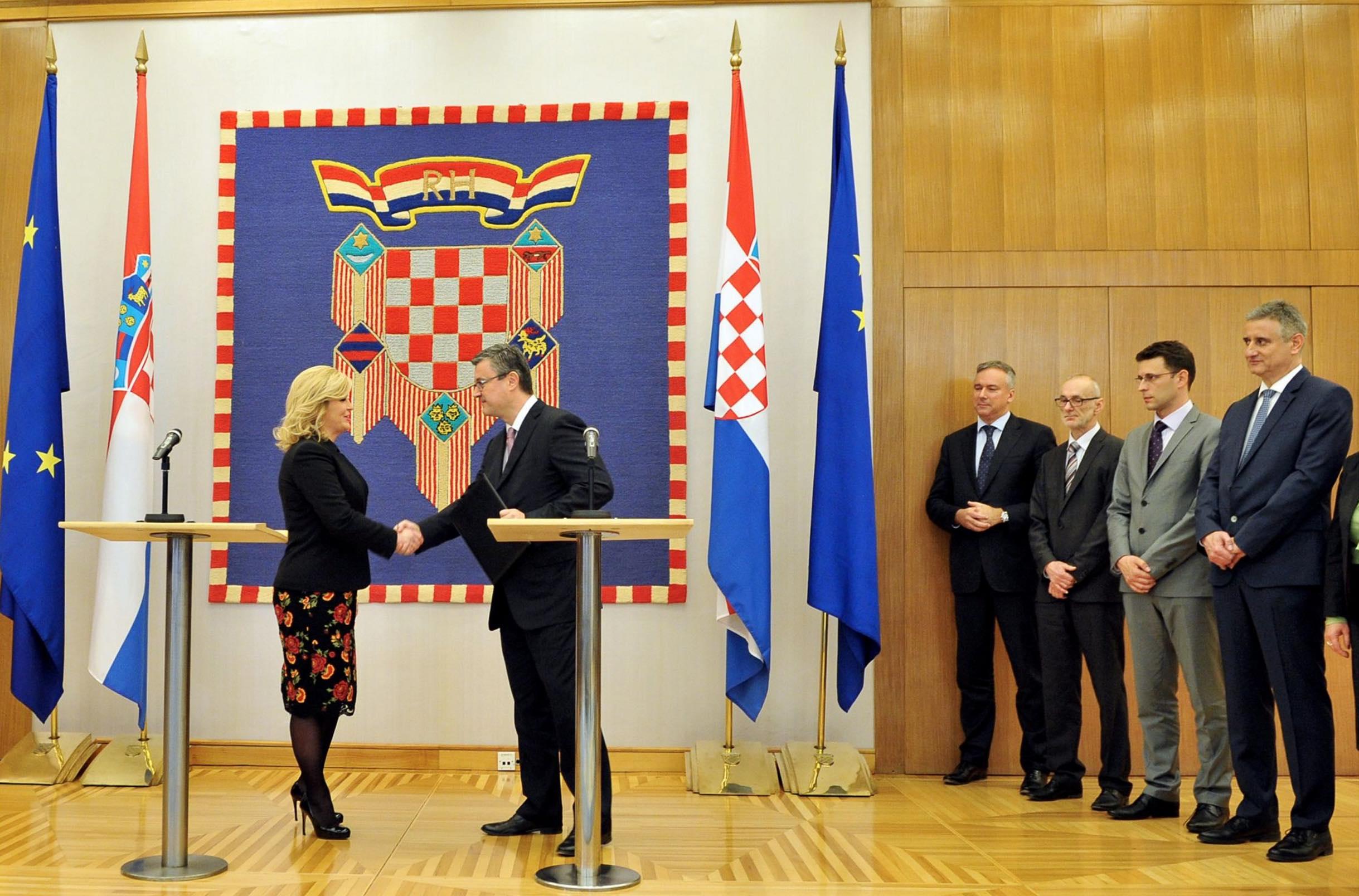 Kolinda Grabar-Kiatrovic und Tihomir Oreskovic in Zagreb bei der offiziellen Verkündung über die Zusammenstellung der neuen Regierung. Rechts stehen Bozo Petrov und Tomislav Karamarko. (Foto: Ured Predsjednice HR)