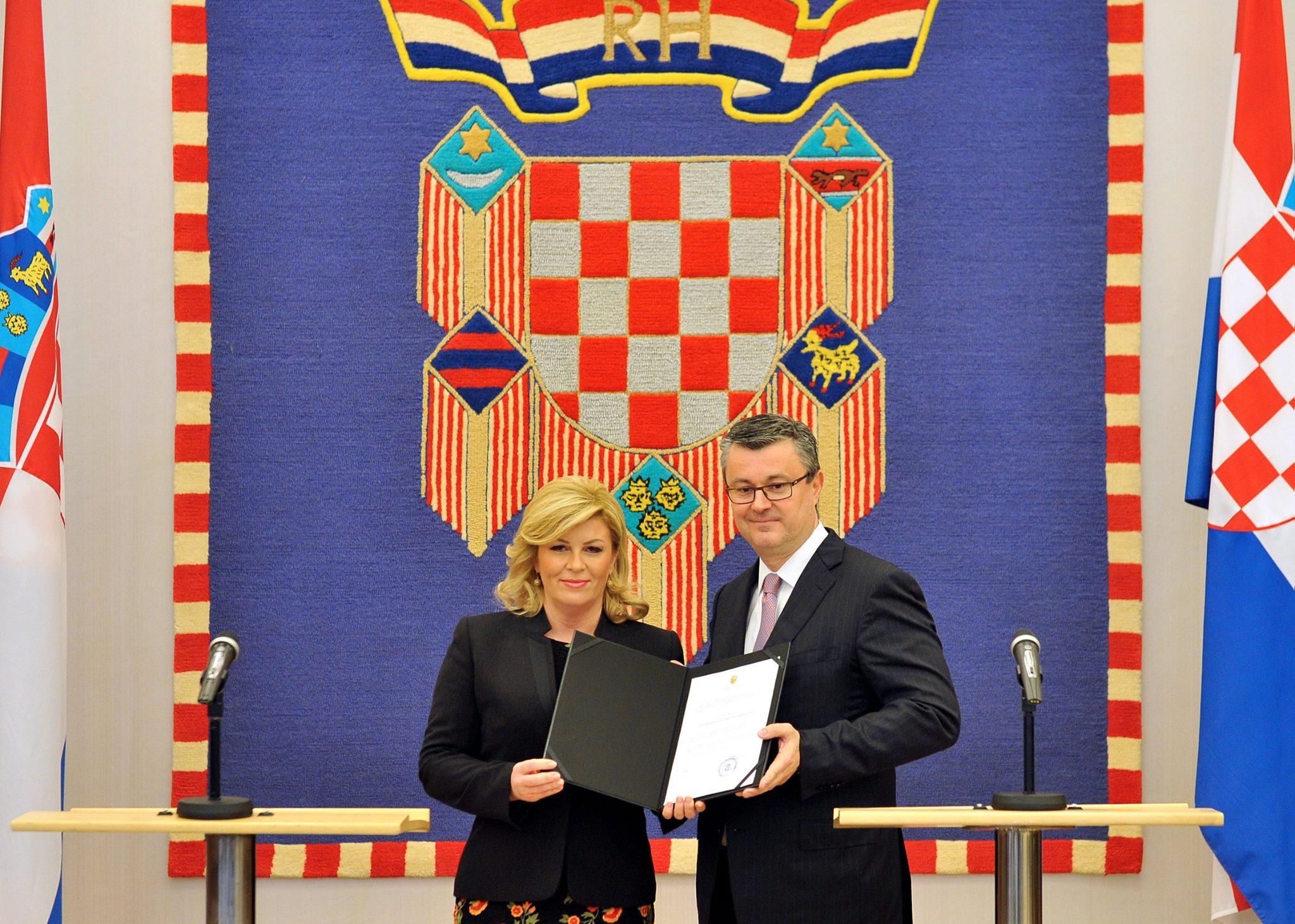 """Kolinda Grabar-Kiatrovic und Tihomir Oreskovic in Zagreb bei der offiziellen Verkündung über die Zusammenstellung der neuen Regierung. Die """"Domoljubna"""" Koalition um HDZ und MOST haben mit insgesamt 78 Sitzen geeinigt. (Foto: Ured Predsjednice HR)"""
