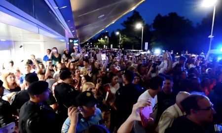 Die kroatische Nationalmannschaft wird nach der Landung in Zagreb am Flughafen Pleso mit viel Jubel von den kroatischen Fans empfangen. Das Ausscheiden nach der EM macht sie trotzdem zu Helden der Nation.