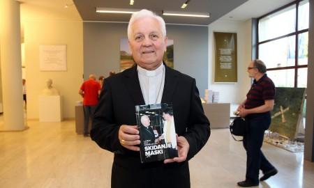 Franjo Komarica hält sein neues Buch in der Hand