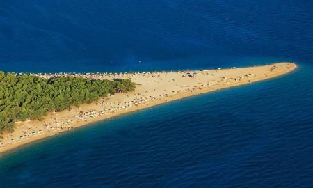Zlatni Rat, zu deutsch Goldenes Horn, ist der wohl berühmteste Strand in Kroatien. Man findet Super-Strand auf der Insel Brac nahe dem Ort Bol.