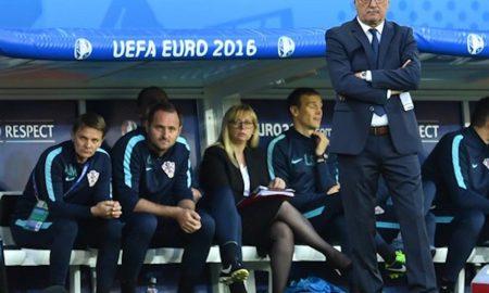 Der kroatische Trainer Ante Cacic schaut ratlos beim Spiel seiner Mannschaft gegen Portugal zu