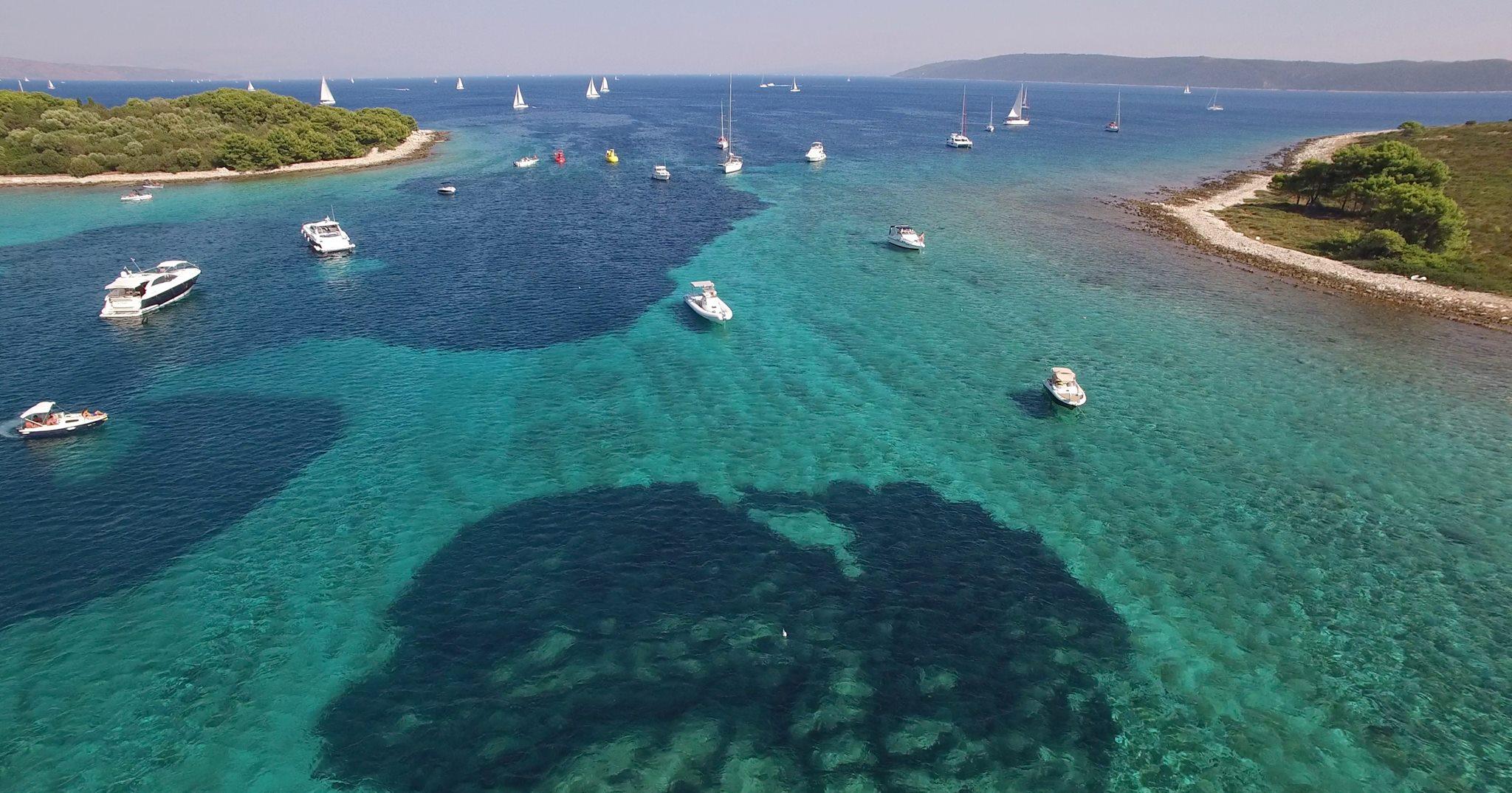 Insbesondere die Blaue Lagune mit Namen Krknjasi begeistert viele Kroatien-Besucher mit dem klaren Meerwasser