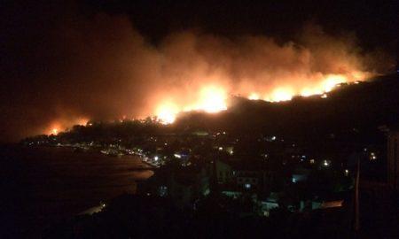 Touristen müssen in den kroatischen Orten Tucepi und Makarska vor dem Feuer flüchten. Ursache des Brande ist noch unklar (Foto: Twitter-Screenshot)